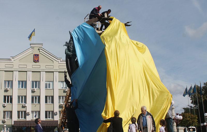 Порвать флаг Украины, сменить Ленина на Шевченко, а не только попить портвейн в школьном саду.